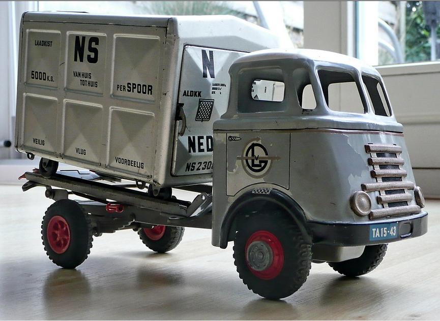 Een model van een DAF-truck van Van Gend en Loos met de NS-laadkist.
